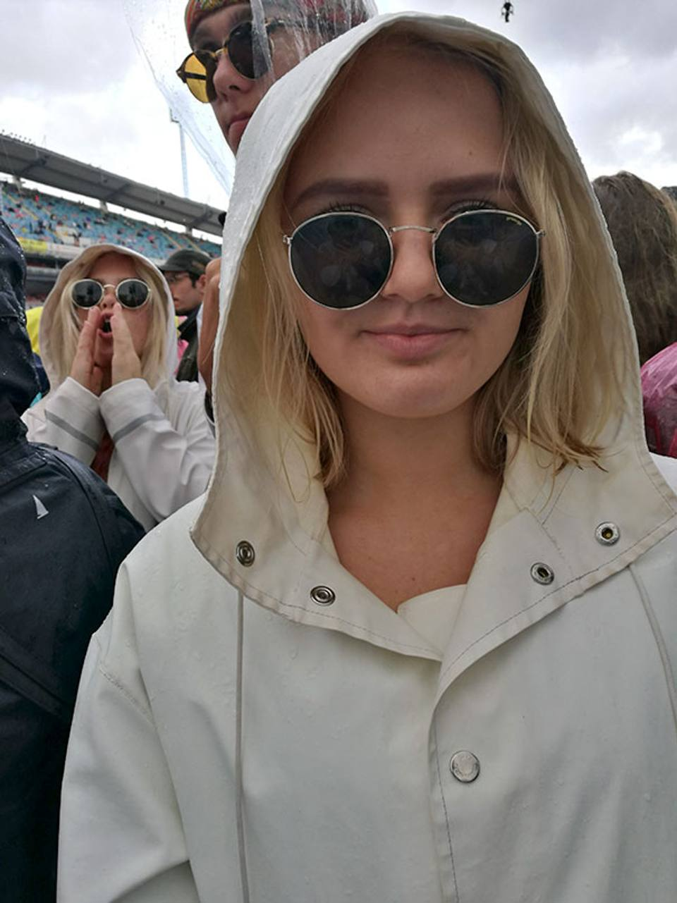 2 mujeres desconocidas se visten iguales