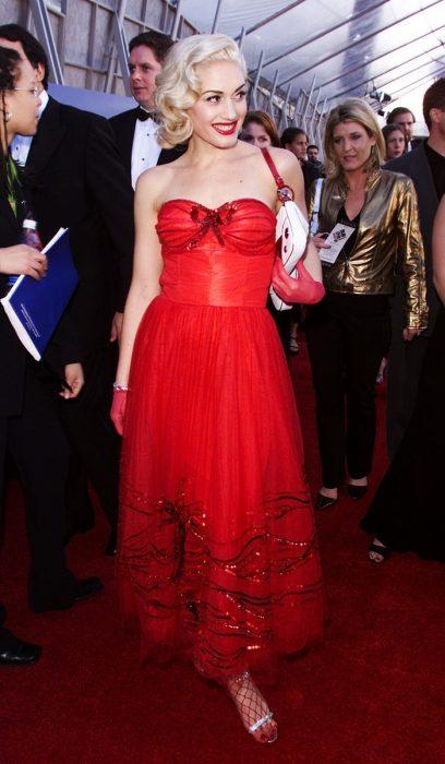 mujer con vestido rojo y medias de red