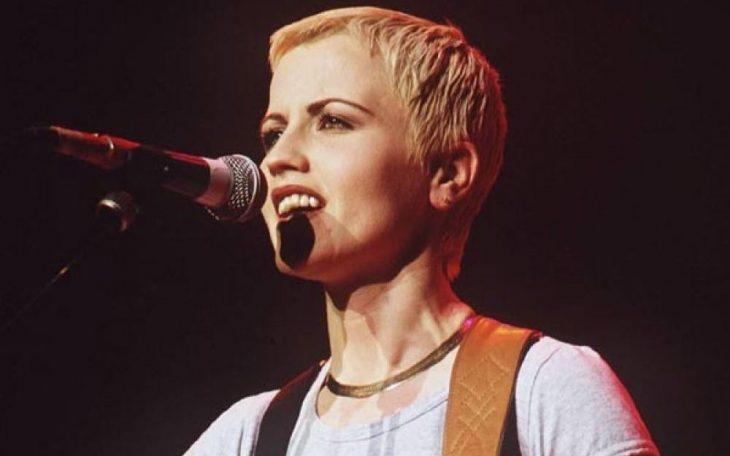 mujer con cabello corto y microfono