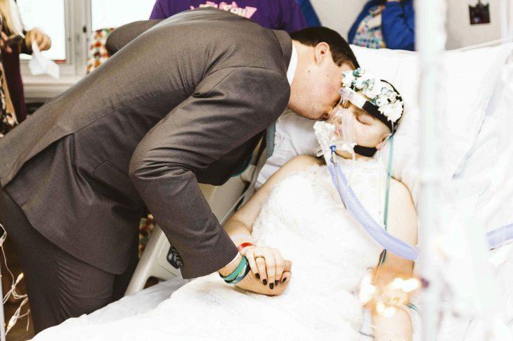 Chica se casa antes de morir de cáncer