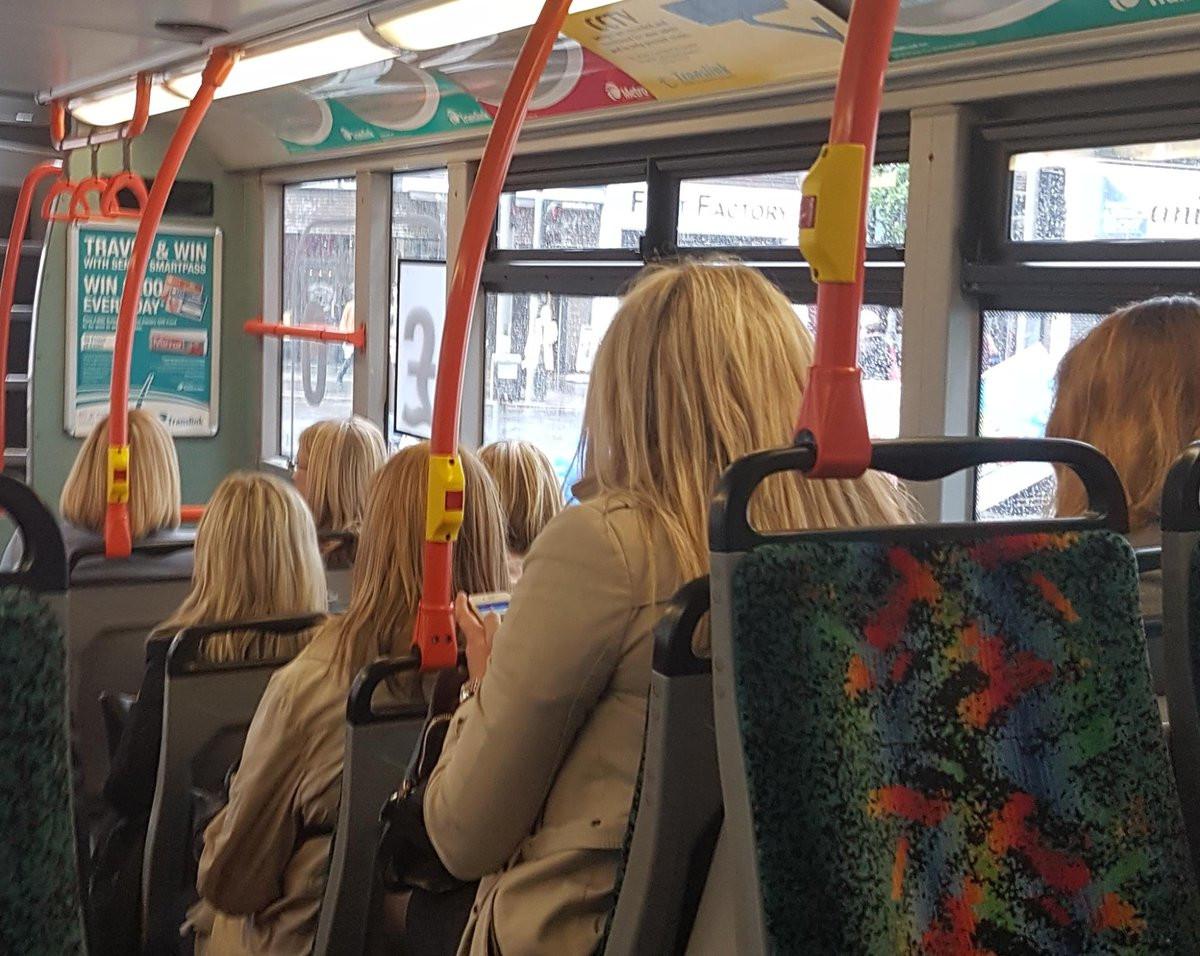 7 mujeres desconocidas en el transporte público lucen igual