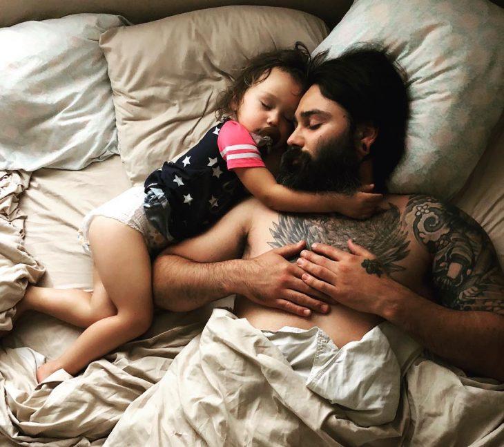 padre e hija dormidos