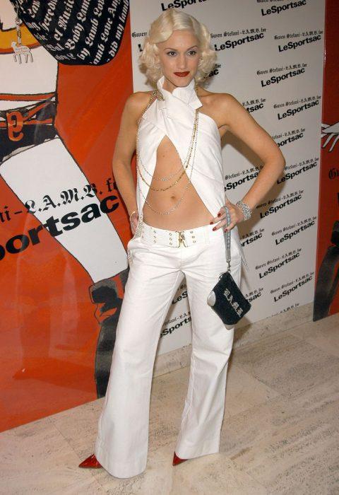 mujer con traje blanco y pantalón blanco
