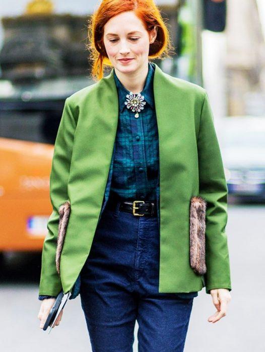 mujer con saco verde limón y cinto