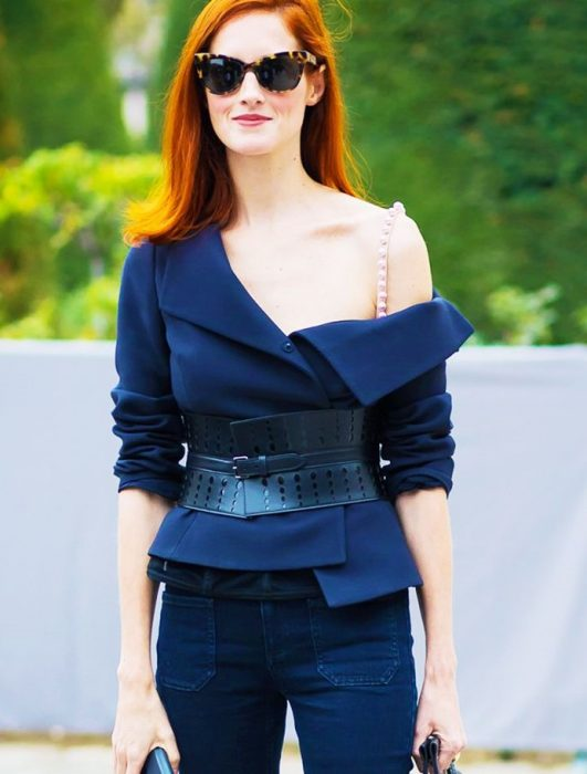 mujer pelirroja con ropa azul marino