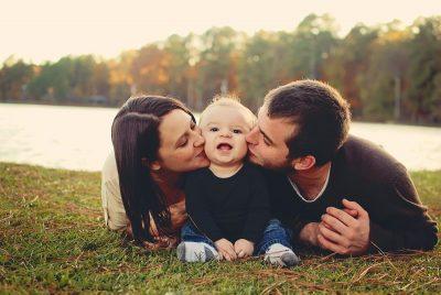 Familia posando para foto en el pasto