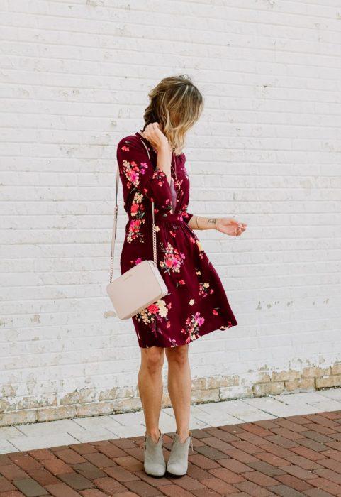 mujer rubia vestido flores rojo con rosa