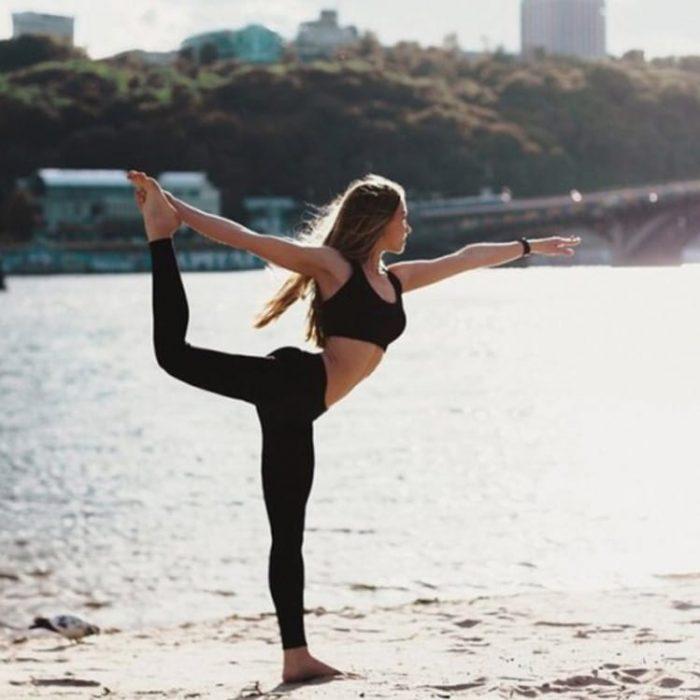 mujer con ropa deportiva haciendo yoga