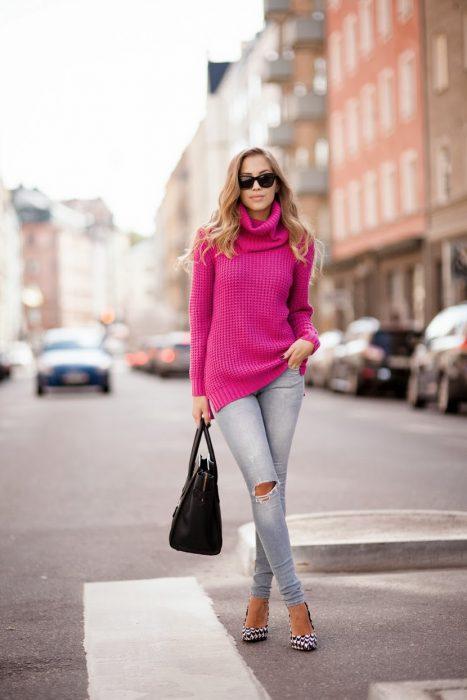 mujer con sueter color rosa barbie