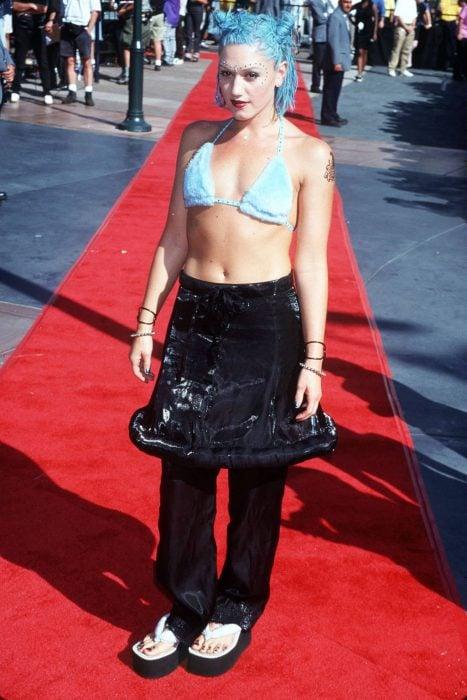 mujer con cabello azul y falda negra