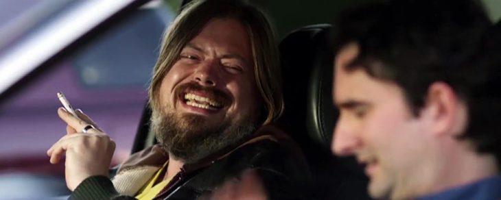 hombre con barba sonriendo y cigarro