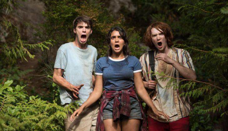 tres adolescentes asustados en el bosque