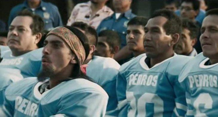 hombres con camisa azul de futbol americano