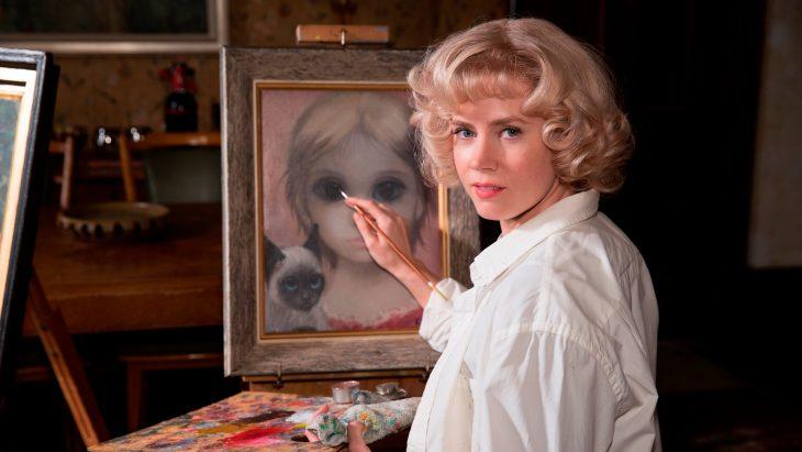 mujer rubia con pintura y lienzo