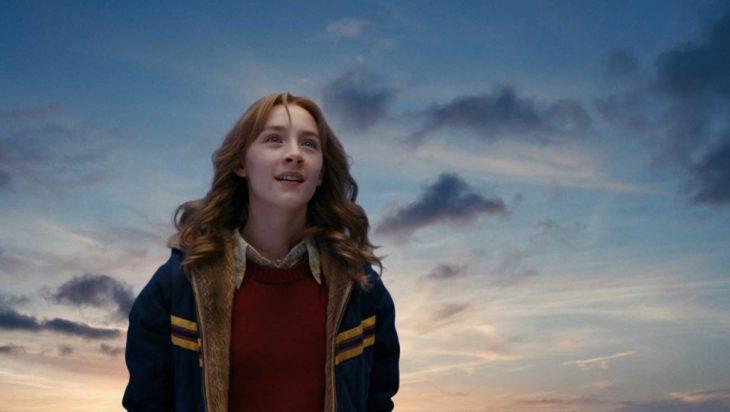 adolescente rubia con chamarra azul entre el cielo