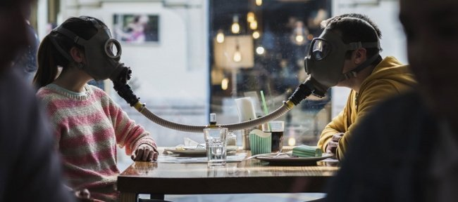 mujer y hombre conectados por mascara de oxigeno amar