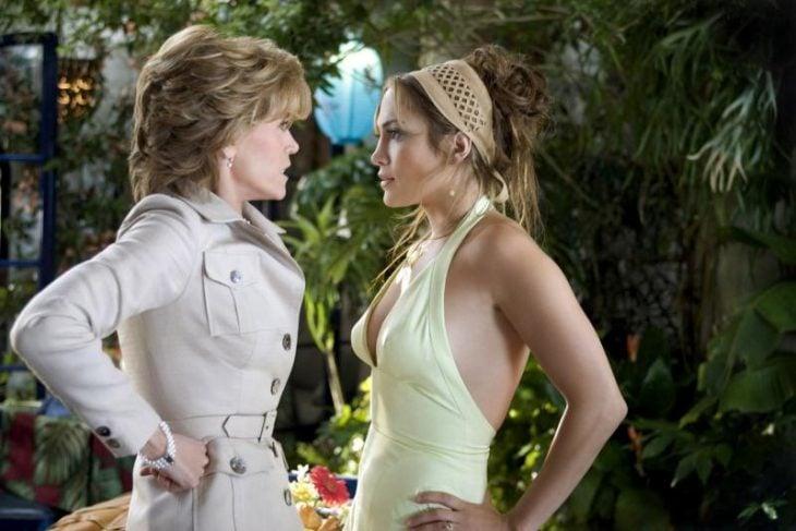 mujer con vestido y mujer con cabello corto y abrigo