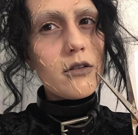 mujer disfrazada de edward manos de tijera
