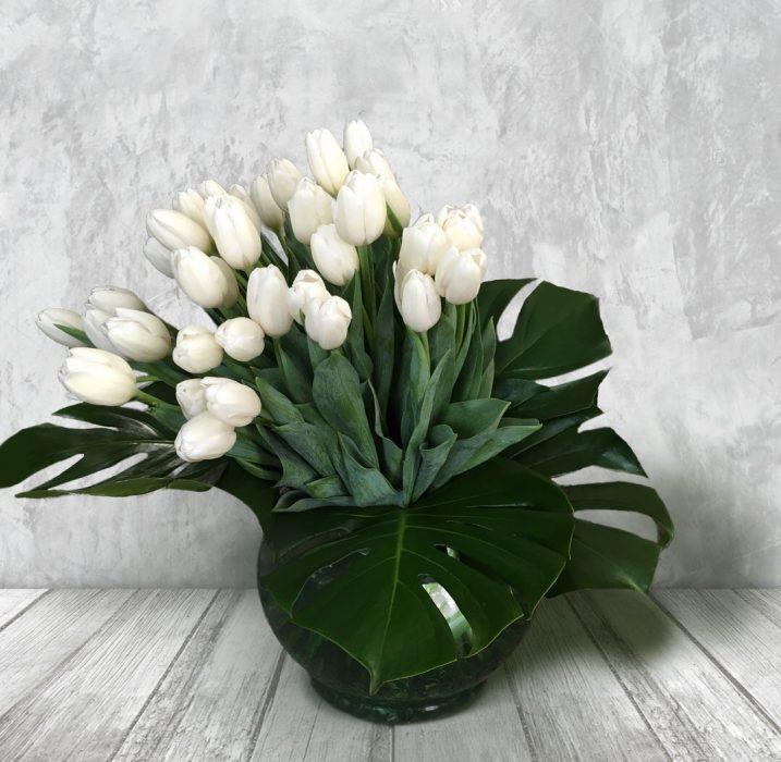 ramo de tulipanes flores blancas y plantas verdes