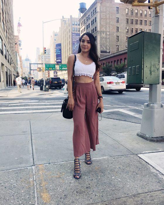 mujer con pantalones grandes y top