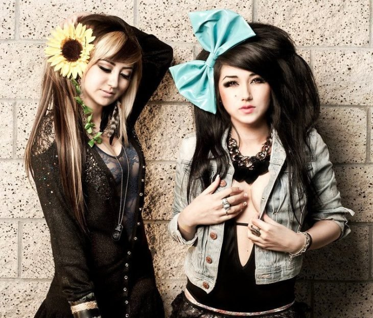 mujeres con accesorios grandes de cabello moño girasol