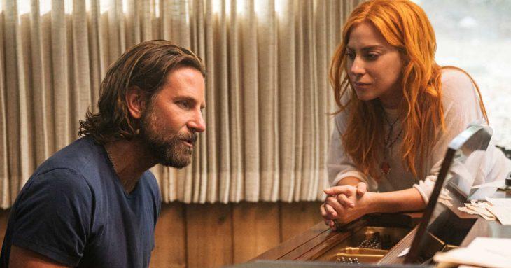 hombre con barba tocando el piano y mujer con cabello pelirrojo