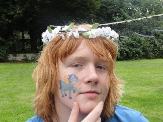 hombre pelirrojo con corona de flores