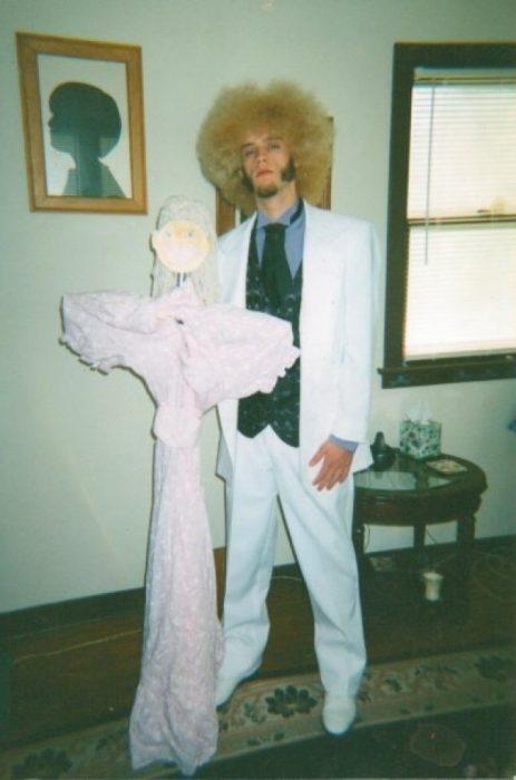 hombre con saco blanco y escoba