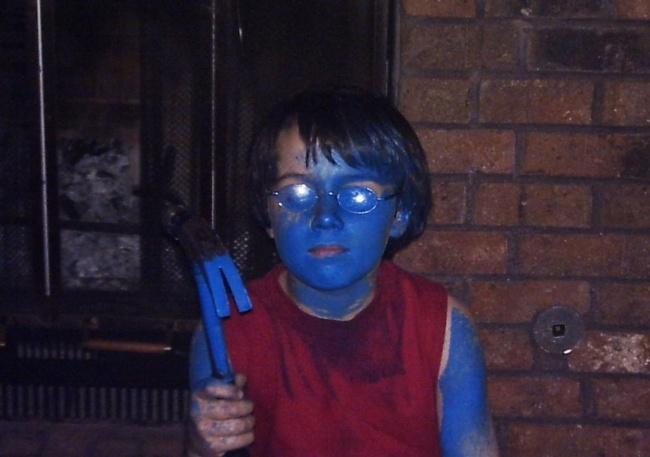 niño con pintura azul en la piel