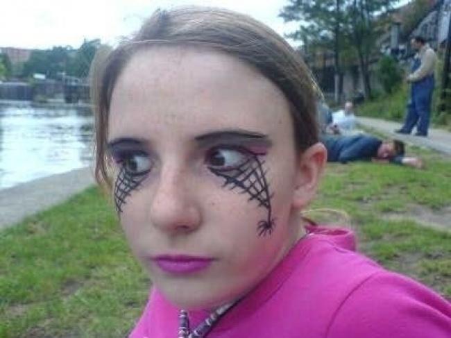 niña abriendo los ojos y pintura en el rostro