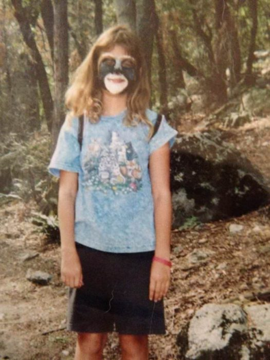 niña con cara pintada de mapache