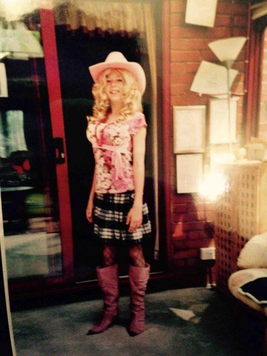 niño rubio vestido de niña con sombrero