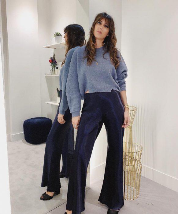 mujer con suéter azul y pantalones azules