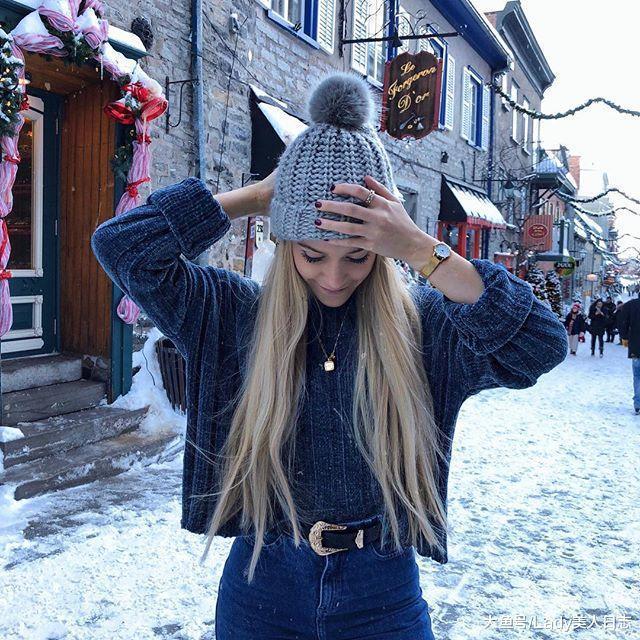 mujer con cabello rubio jeans a la cintura y gorro invernal gris