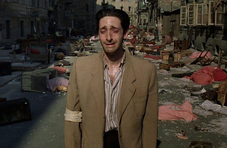 Adrien Brody caminando entre escombros en la película El pianista