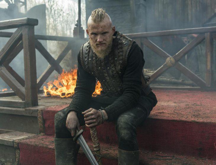 Guerrero vikingo sentado con expresión enojada