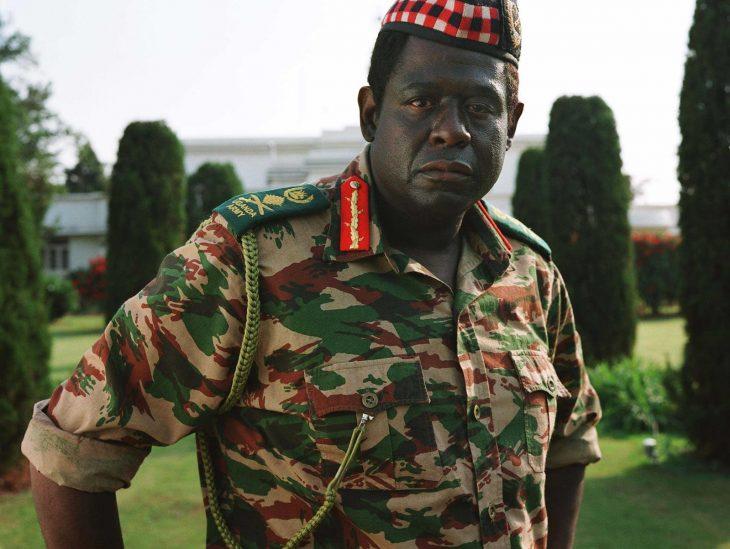 Forest Whitaker vestido como dictador en la película el último rey de Escocia