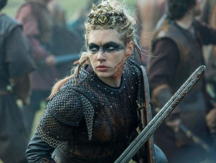 Guerrera vikinga peleando con armadura y espada