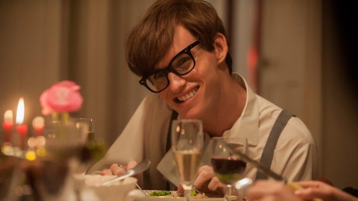 Eddie Redmayne comiendo en la mesa en la película La teoría del todo