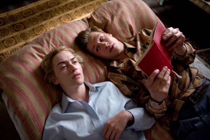 Kate Winslet leyendo un libro en la cama para la película El lector