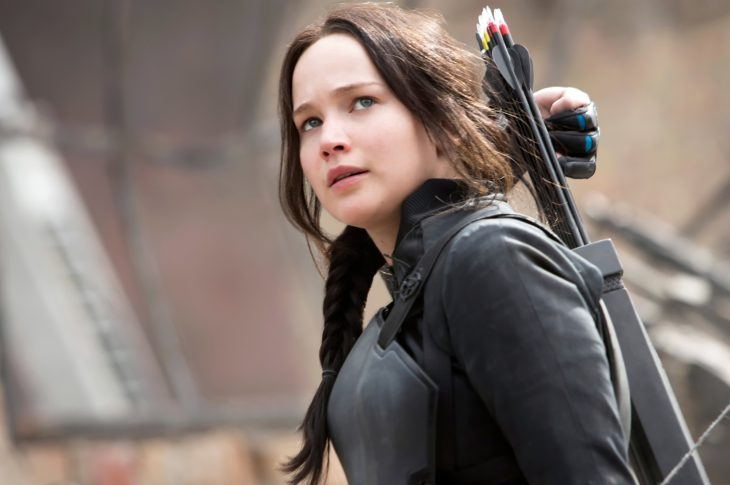 Mujer con expresión seria agarra una flecha