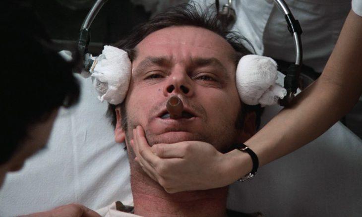 Jack Nicholson en terapia de electrochoque en la película Alguien voló sobre el nido del cuco