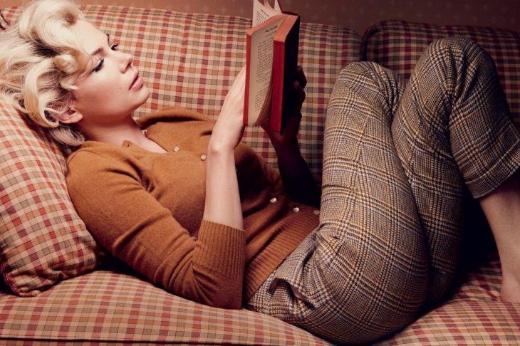 Michelle Williams leyendo leyendo un libro vestida de Marilyn Monroe