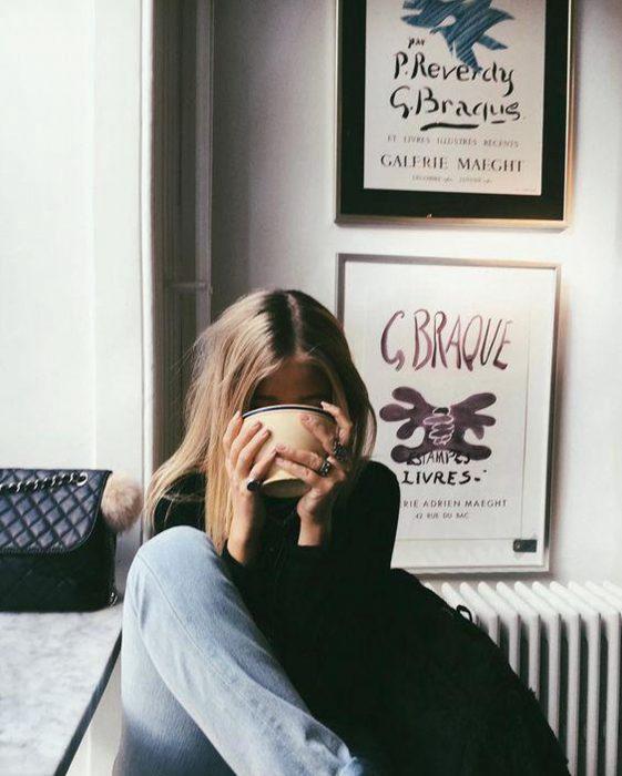 Chica bebiendo una taza de té