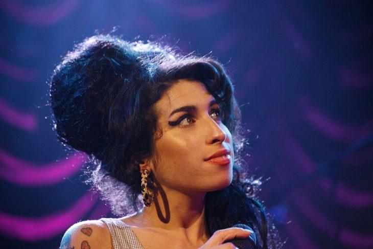 Amy winehouse cantando sobre un escenario