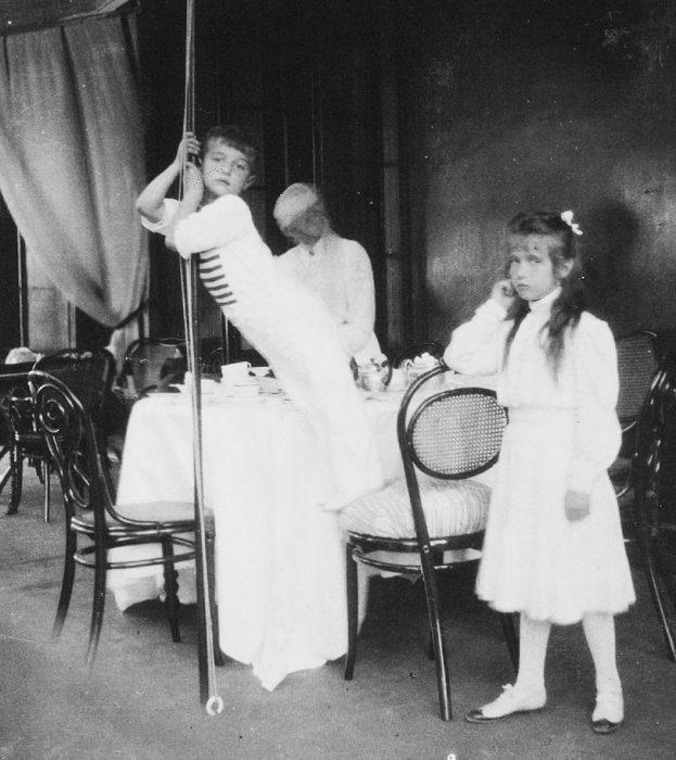 Retrato real de Anastasia y su hermano menor Alexei