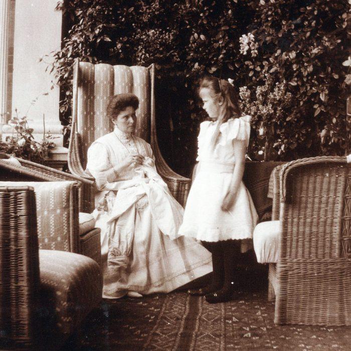 Anastasia parada junto a su madre la Gran Duquesa Alejandra