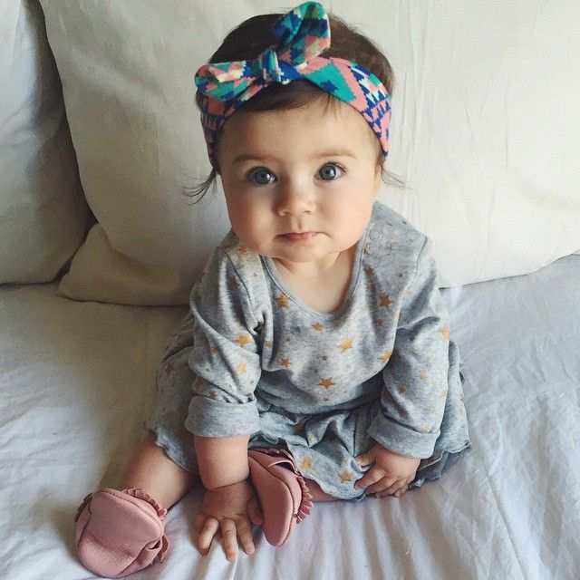 bebé con diadema en la cabeza