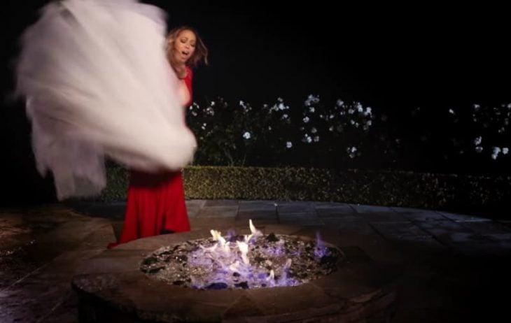 Mariah Carey quemando su vestido de novia