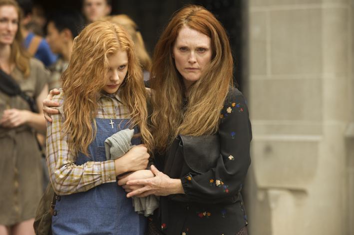 mujer enojada junto a chica rubia